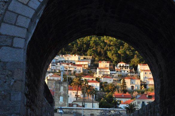 Новата част на градчето наднича зад старата крепост, приканвайки попреситените от красоти и преживявания пътешественички да й обърнат внимание и на нея. Sorry , но автобусът ни чака !