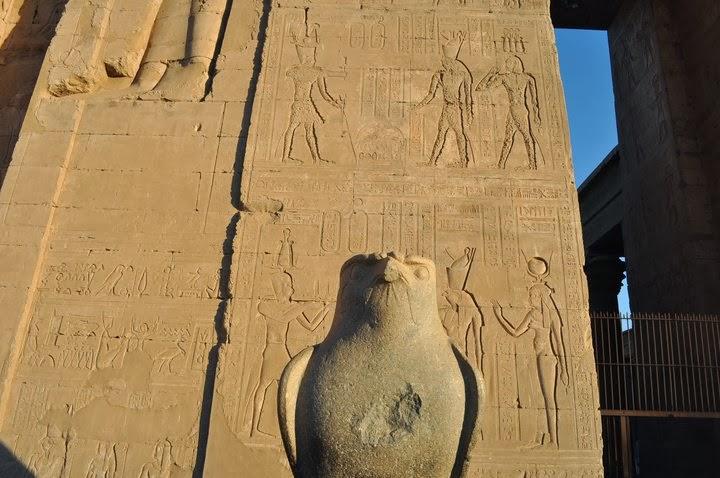 Храмът край Едфу, на западния бряг на Нил, е посветен на богът Хор, представян във вид на сокол, смятан за първия фараон.