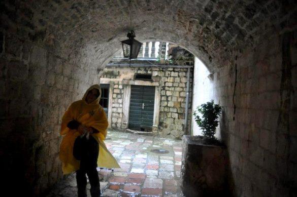 Отвратителният дъжд беше прогонил туристите от тесните каменни улички на града, но не и нас!!!!