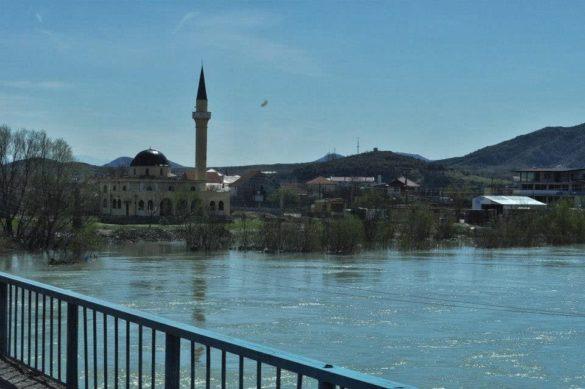 Вече сме в Албания. Страната ни посрещна залята от поредното наводнение.