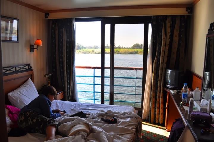 Обратно в сладкото ни корабче. Водата беше на метър от възглавниците ни.