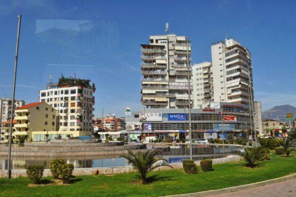 """Новите модерни сгради на Тирана, са строени със замах и самочувствие. Албанците наричат държавата си  """"Шкиперия"""", или земя на шиптерите или орлите."""