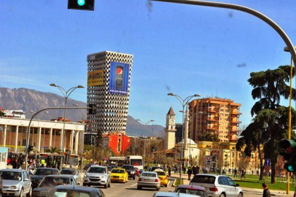 Небостъргачът на столицата се извисява в цялото си великолепие над централния площад.