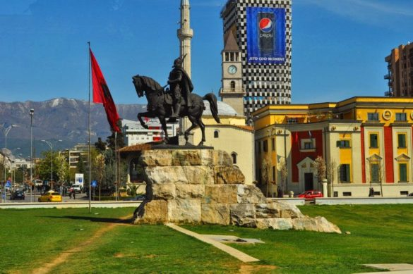 Ето го и емблематичният площад Скендербег в сърцето на Тирана. Цитирам една приятелка: Абсурдно архитектурно съчетание на залепени една до друга джамия, църква, небостъргач, опера, паметник на хайдутин, а над тях се вее, разбира се рекламата на Pepsi.