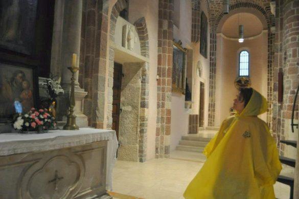 Потърсихме топлина и разтуха в католическата катедрала.