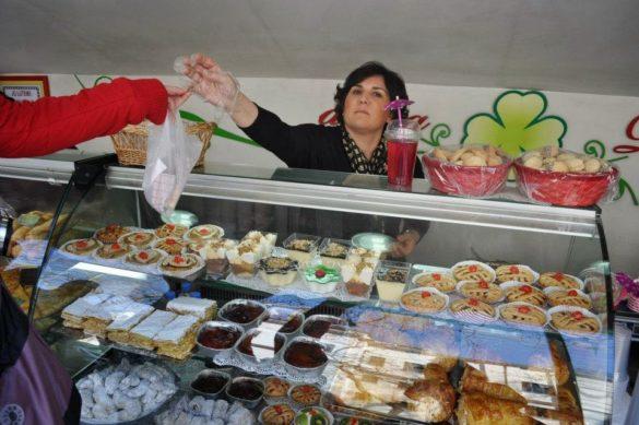 Тази продавачка беше полиглотка. Купихме си от нея куп вкусотии. Албанците са големи сладкари!