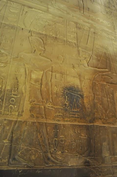 Египетският бог Мен /на плодородието/ дарява фараона с мъжка сила и плодовитост.
