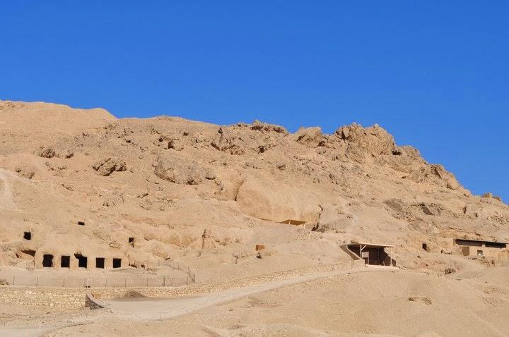 Долината на царете или на мъртвите, осеяна с над 60 открити до момента гробници. Посетихме няколко от тях, включително и на Тутмус Трети. Докато стигнем до гробницата на Тутанкамон обаче ни сръшиха парите :-( . Освен това е забранено да се снима!!