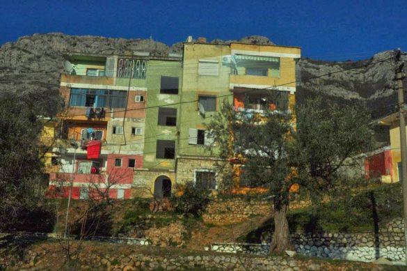 Градът с разпадащите се панелки е разпилян върху стръмния  скалист склон.