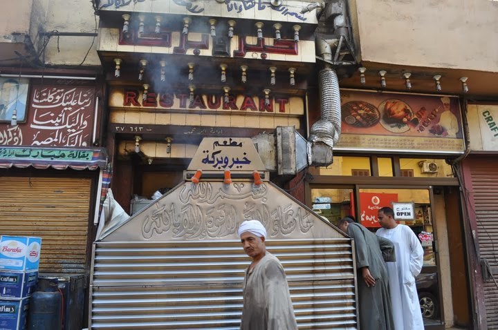 Оттук Махгуб ни купи дюнери. Добре че не видяхме как и от какво се приготвят... Иначе бяха вкусни.