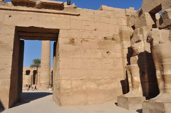 Построен е върху развалините на някогашната столица Тива.