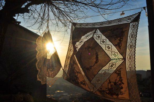 Денят бавно се изниза.  Но преди да се скрие, слънцето шеговито ми намигна през тази ръчно плетена покривка.