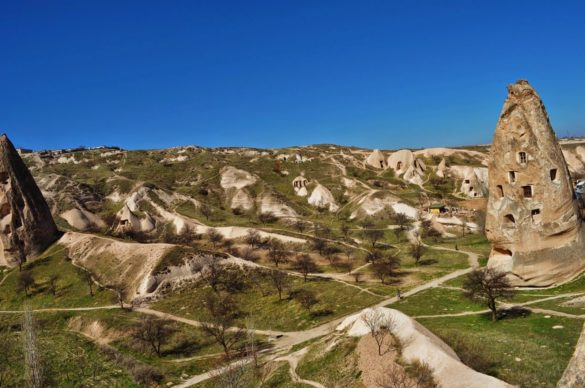 Кападокия е древна земя, населявана някога от от хети, римляни, християни, мюсюлмани и пр. Ранните християни се установяват тук още през 2-3 век . Именно те започват да дълбаят прословутите подземни градове и църкви в местната мека скала /или туфа./ Там те са се крили от гоненията на римляните. По-късно по тези земи се заселват още християни , а след тях пристигат мюсюлманите, които пък се настаняват в туфестите шапки, осигуряващи чудесни условия за живот.