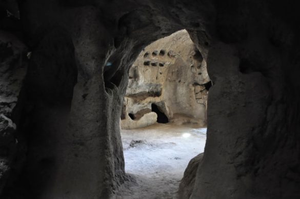 Някога са били населявани от десетки хиляди жители и са приличали на огромни подземни метрополии /или мравуняци/. Днес тези мъртви градове тънат в мрак, забвение и тишина. Понякога се посещават от туристи. Въпросният подземен град обаче още не е добре разработен за посещения и е без осветление, за разлика от други подобни обекти.