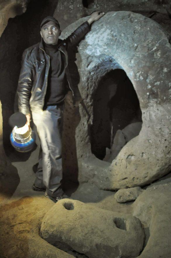 Затова пък нашият водач,  който приличаше на пещерен човек ни разказа на чудесен английски език как обичал с дни да се скита сам сред тунелите, които се вият на стотици километри под земята.