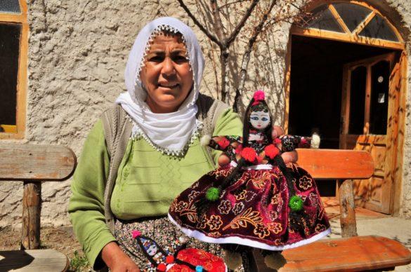 Жените тук произвеждат т.нар. лучени кукли /но не от лук/ които се опитват всячески да пробутат на туристите, за да оцелеят някак си. На човек му става жал за тях. Тази лучена леля ме убеди да й купя куклата за 5 лири на развален италиански. Явно е била гастарбайтерка на Запад.