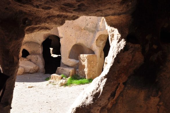 Долината Саонлъ е известна със скалните църкви от 9 до 11 век и със подземните си складове, в които се съхраняват тонове картофи.