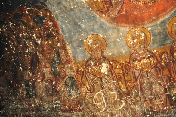 """Това е църквата """"Св. Георги"""", цялата покрита с уникални стенописи. Както е видимо обаче, очите на светците са избодени с шишове по повеля на Исляма. Съвременните вандали пък не са се посвенили да ги донадраскат и чегъртат както им хрумне. Впрочем никъде в Кападокия не видях и един реставриран християнски храм. Всички са в това състояние."""