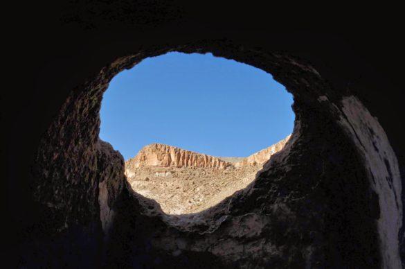 В течение на вековете монаси и отшелници надничали през този процеп на църквата и съзерцавали пустеещите отсрещни скали в търсене на уединение с Бога .