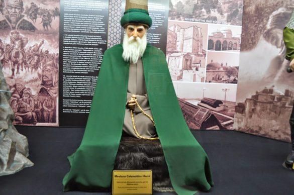 Анадола  е родината на танцуващите дервиши, а техен кумир и гуру е небезизвестният Мевляна Джелаледин Руми, който се е подвизавал през 13 – век.  Руми е един от най-четените суфийски поети в света, а поезията и философията му надскачат време, пространство, религии и култури. Наричат суфите или дервишите мистиците на Исляма. Те изповядват една от най-либералните форми на това напоследък доста отдалечаващо се от постулатите на корана вероизповедание /пардон/. Снимката е от Музея на  восъчните фигури е в гр. Ескишехир, който беше включен в 6-дневното ни анадолско пътешествие.