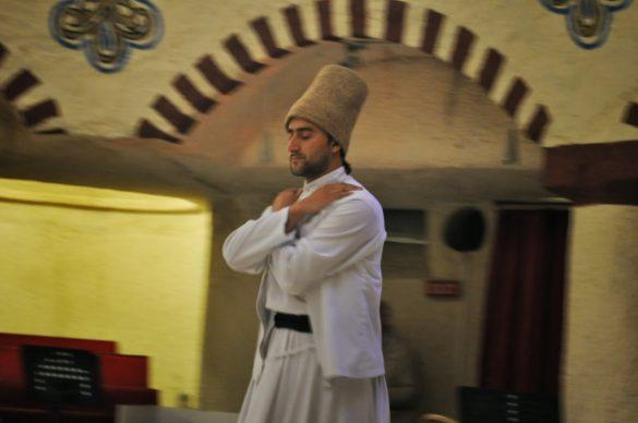 Всеки уважаващ себе си мюсюлманин копнее да се срещне очи в очи с Бога след кончината си. Да, но не! Суфите не са съгласни да чакат смъртта, те искат да се слеят с Всевишния на момента, тук, на Земята. За целта живеят като аскети и изпълняват този свой толкова фееричен танц, наречен сема. Докато го гледах, за пръв път през живота си изпаднах в странно състояние. Още на 3-та секунда започнаха да ми се затварят клепачите и да се килвам встрани. Впоследствие се оказа, че голяма част от публиката изпитала същото. Разсъждавайки стигнахме до извода че може би сме изпаднали в състояние на масова хипноза. Но не от друго, а от въртящите им се роби, които изписваха във въздуха монотонни вълнисти движения.