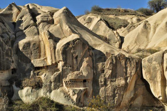 Музеят на открито Гюреме е уникален комплекс от скални църкви и параклиси. Казват че са 365 на брой колкото са и дните в годината. А тези малки дупчици, издълбани в скалните ниши навред из цяла Кападокия, са всъщност гълъбарници. Някога отглеждали гълъбите както се гледат крави или овце, за домашни нужди. Използвали акото им 1. за бои, с които изографисвали църквите си,  2. за да наторяват с него насажденията си, 3. а самите гълъби  кръстосвали надлъж и шир небесата над Кападокия в ролята на пощальони. Затова никой не ги ядял !!