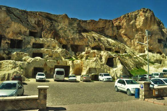 Някогашните скални жилища и ниши сега се използват за гаражи и ... подземни паркинги ??