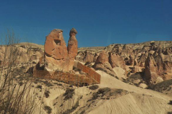 Някои от скалните им образувания наподобяват фигури на хора и животни, като прословутата скална камила недалеч от Гюреме.