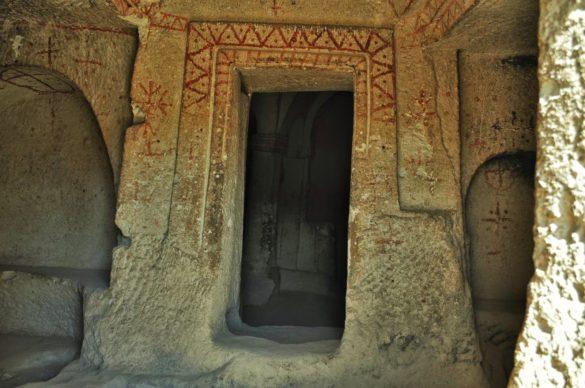 Поредното издълбано църкве , покрито с неразгадаеми раннохристиянски символи, прикова вниманието ни .