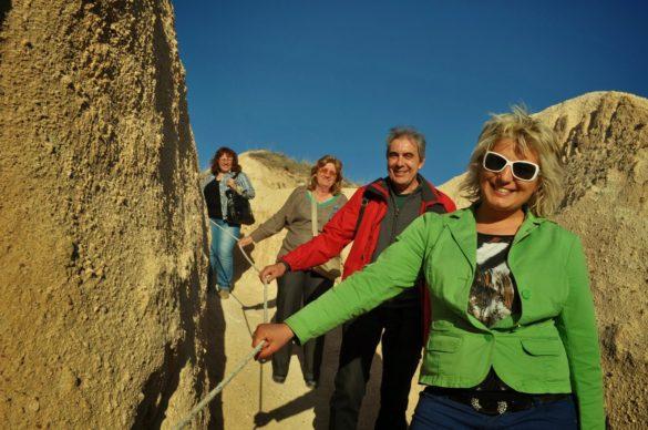 От озарените лица на туристите е видимо, че са доволни от планинския излет и са готови още дълги часове да се щурат по стръмни сипеи и криволичещи край скални гъбки пътечки.