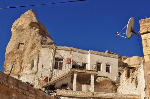 Местен елитен хотел, издълбан в скалата, предлагащ на богатите туристи, предимно японци, китайци и американци, всички екстри и удобства насред анадолската пустош.