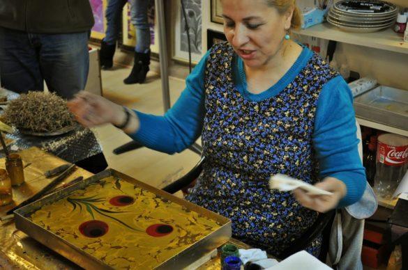 Меги ни изненада, като ни заведе в ателието на една местна художничка, която практикува старо изкуство, разпространено в Персия и донесено по тези земи през 16 век.  Нарича се ебру и представлява рисуване върху вода. Художникът никога не знае каква картина ще се получи, затова всяко изображение е уникално. Изрисуваната водна плоскост се покрива внимателно с лист хартия или пък с копринен плат, върху които рисунката се отпечатва. Така се получават фантастични копринени шалове или картини.