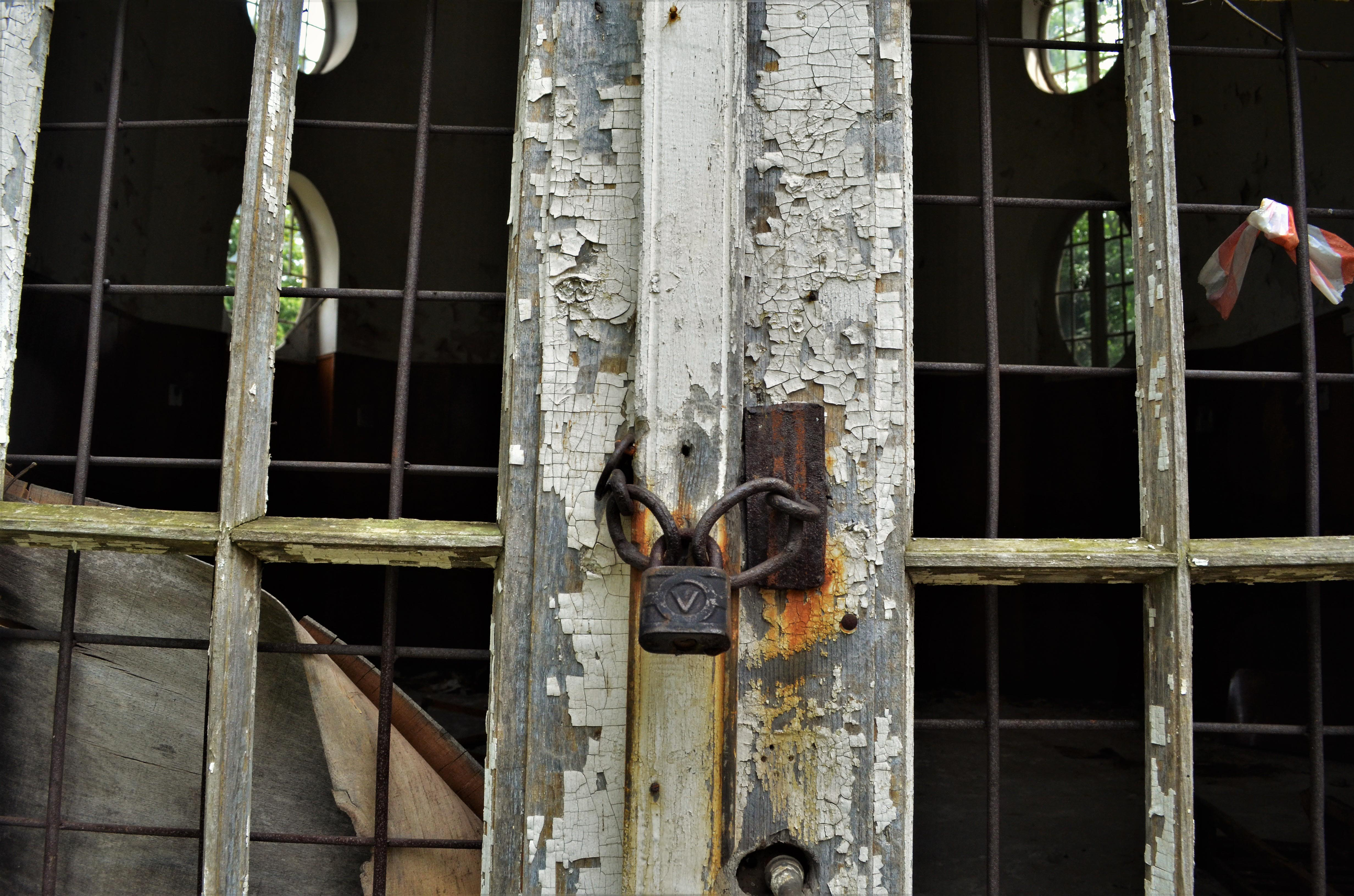 Ръждясал катинар е поставен на казиното, за да го предпази от вандали