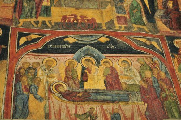 """Старата църква на манастирския комлекс се казва """"Успение Богородично"""" и съдържа фантастични фрески . Румънците са изключително религиозни. Тук и най-малкото и отдалечено селце си има свещенник и православен храм, който е много добре поддържан и винаги отключен. Тук всека неделя младо и старо ходи на църква."""