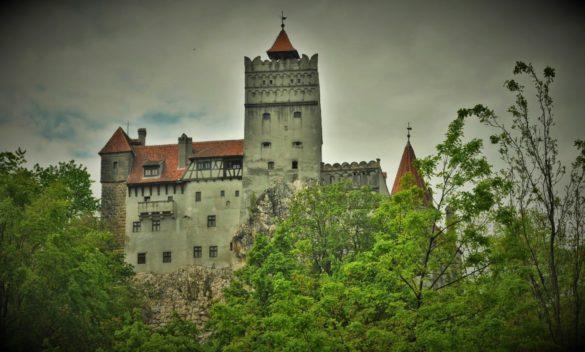 Ето го най-сетне заветният туристическият обект, кошмарът на хората със слаби нерви и богато въображение, радостта на продуценти, режисьори, писатели, сценаристи. Стигнахме до върховната цел на тридневната ни екскурзия. Замъкът Бран, леговището на граф Дракула.