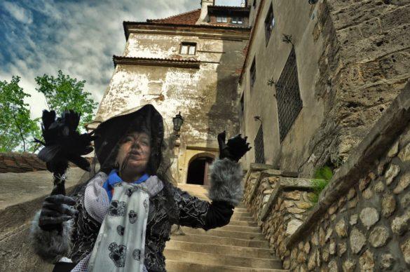 """Меги- мениджърката на туристическа агенция БКБМ ни обяснява, че в наши дни замъкът Бран е собственост на Доминик фон Хабсбург, наследник на румънската принцеса Илеана.  Преди няколко години Доминик предоставил имота си  на румънската държава. Условието било държавата да го стопанисва , а той да получава процент от печалбите от входните такси. Както казваше покойната ми свекърва - """"Няма глупав свят!""""."""