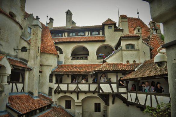 Замъкът е фраш с туристи и на моменти се получават задръствания по коридорите, а екскурозоводите изпадат в паника, защото  групите им се разпадат и настъпва хаос.
