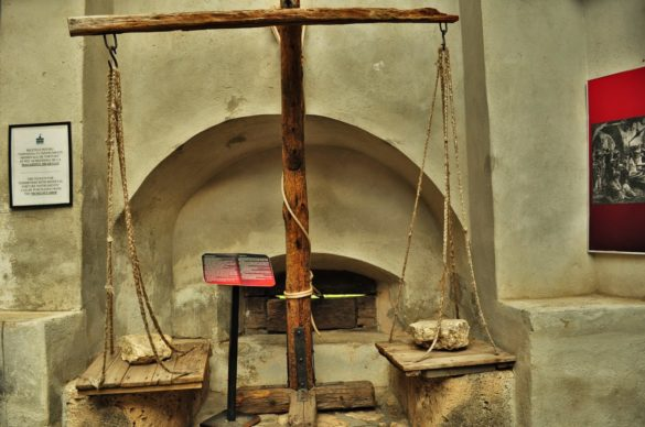 На тази везна пък слугите на Цепеш премервали  жертвите, преди да ги набучат на кол, който бил избиран поотделно за всяка жертва в зависимост от тежестта и височината й.