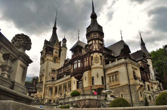 Замъкът Пелеш, считан за един от най-красивите дворцови комплекси в Еропа от края на 19 век. Построен е по поръчка на румънския крал Карол Първи по проект на виенски архитекти.