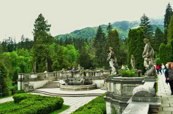 Заобиколен е от просторни тераси с красиви статуи и каменни орнаменти, изваяни от някои от най-добрите за времето си скулптори, сред които и  италианецът Романели.
