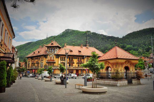 И поредната изненада - град Брашов разположен на около 160 км. от Букурещ в сърцето на Трансилвания, недалеч от Бран.  Основан е в началото на 13 век от саксонците. Бил германска колония дълго време и това определено се е отразило на архитектурата му. И до днес се рекламира с някогашното си име - Кронщад.