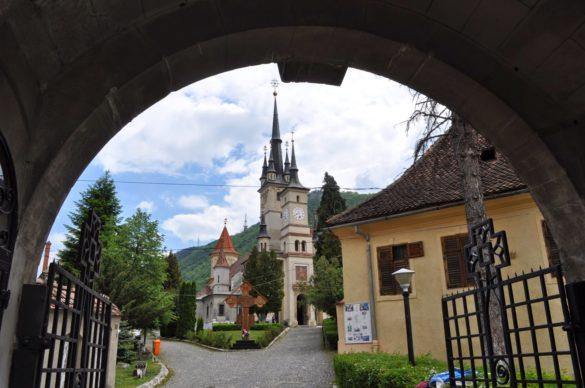 От далеч църквата Св. Николай ми напомня на замъка на Дисниленд.