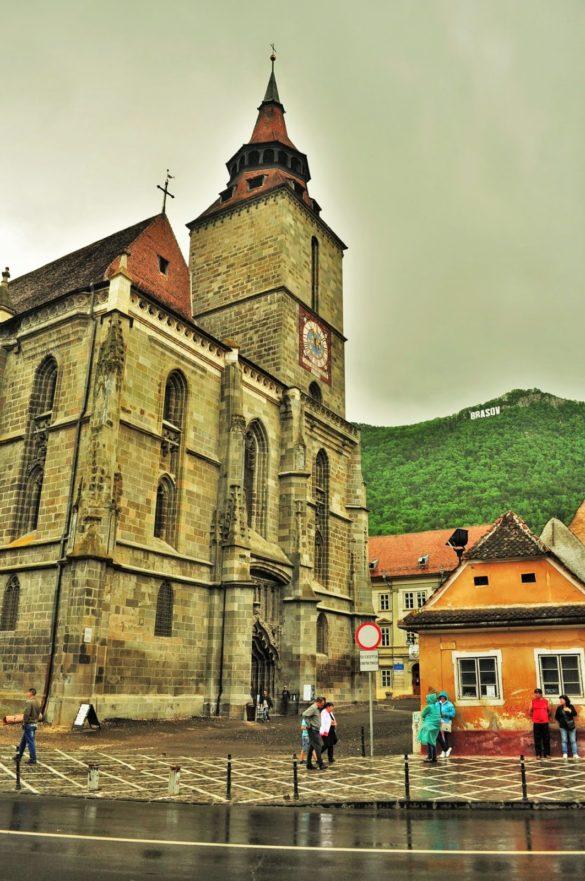 Черната църква от 14 в. - една от емблемите на Брашов, която е била опожарена и почти унищожена. Това е най-голямата готическа сграда в Югоизточна Европа. Построена е като католическа, но после става протестантска, тъй като немското население на града в даден момент приема протестанството.
