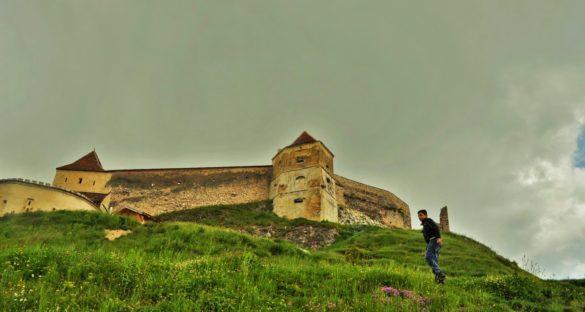 Крепостта Ръшнов от 13 век е на почит сред холивудските продуценти, които предпочитат да заснемат филмите си именно сред автентичната атмосфера на някогашното саксонско селце.