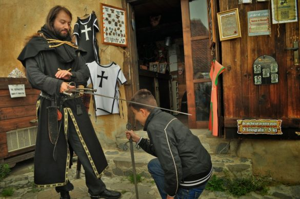 Аниматорът Богдан посвещава Калин в рицарско звание, след което трябваше да закупя специален , удостоверяващ процедурата сертификат.