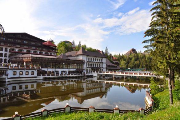 Бяхме настанени в симпатичния планински ски курорт Пояна Брашова близо до Брашов. Това тук е най-големият хотел в района. Всичко останало е малко, дървено, кокетно.