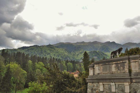 От терасите пък се открива спираща дъха гледка към Карпатите и курортния градец Синая.