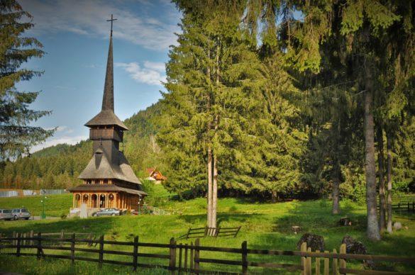 И още една сладурска островърха църква с  покрив, забоден в небето.