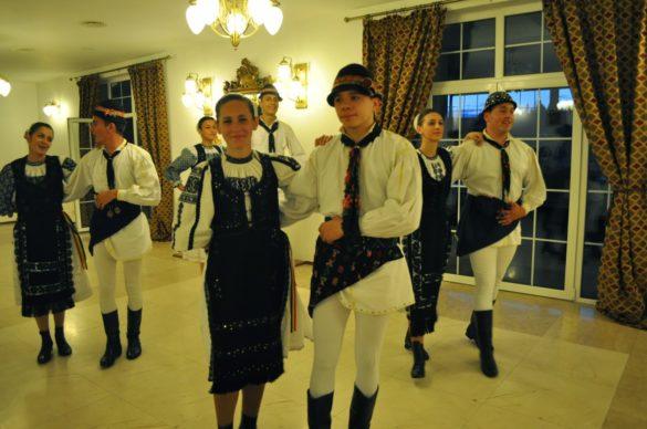 Както подобава  програмата ни включваше и фолклорна вечер с песни и танци на народите. Стъпките им обаче не са толкова сложни и преплетени като нашите, освен това вместо да пеят, скандират, като някакви рапери.