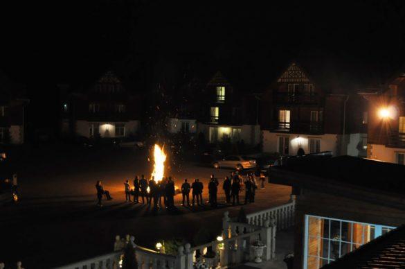 Странни хора са румънците ! Обичат да се събират вечер край огъня и да си пеят. За да угоди на гостите си всеки уважаващ себе си румънски хотел пали огън привечер.